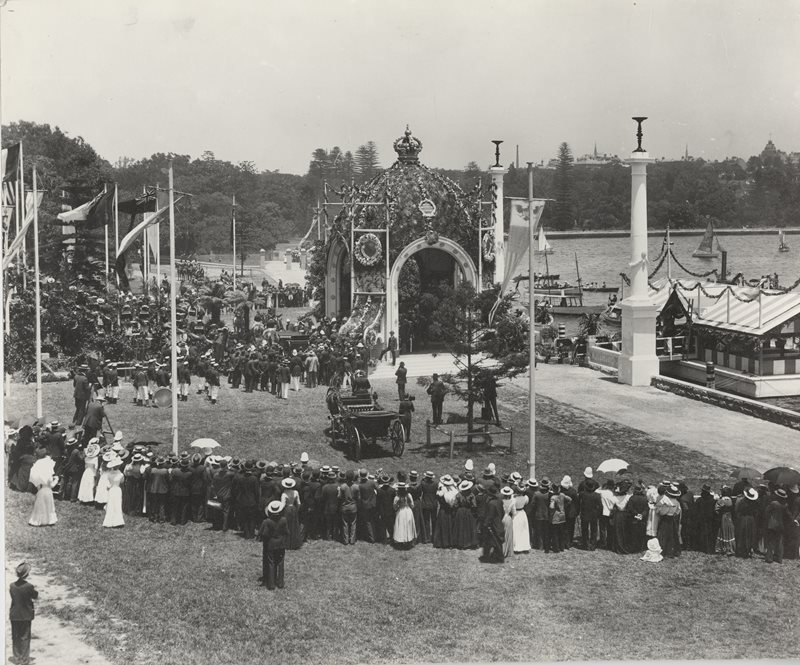 Crowds in the Domain for the arrival of Lord Hopetoun in Decemeber 1900
