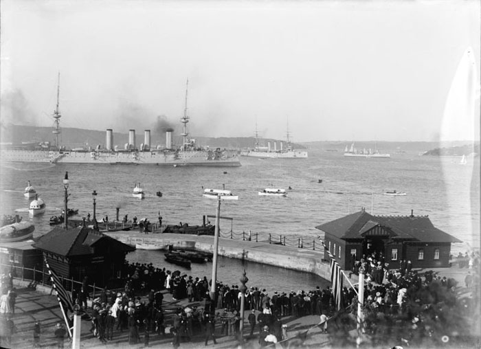 spectators-viewing-the-us-navys-great-white-fleet-in-sydney-harbour.jpg